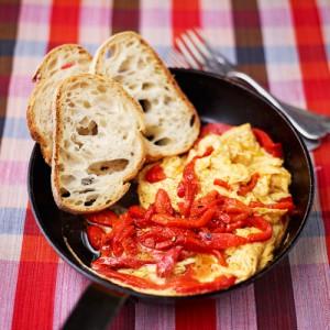 JM5WK7 rode paprika omelet