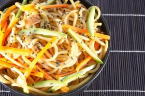 noedels-wortel-en-courgette-met-zwarte-sesam